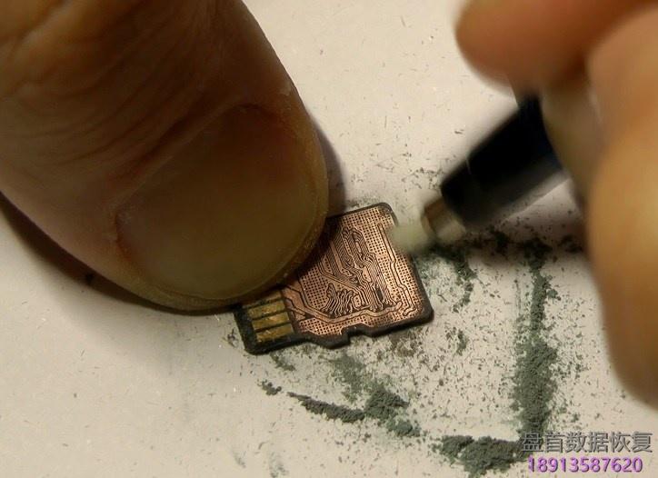 使用玻璃纤维笔刷打磨一体flash封装microsd卡 使用玻璃纤维笔刷打磨一体FLASH封装MicroSD卡