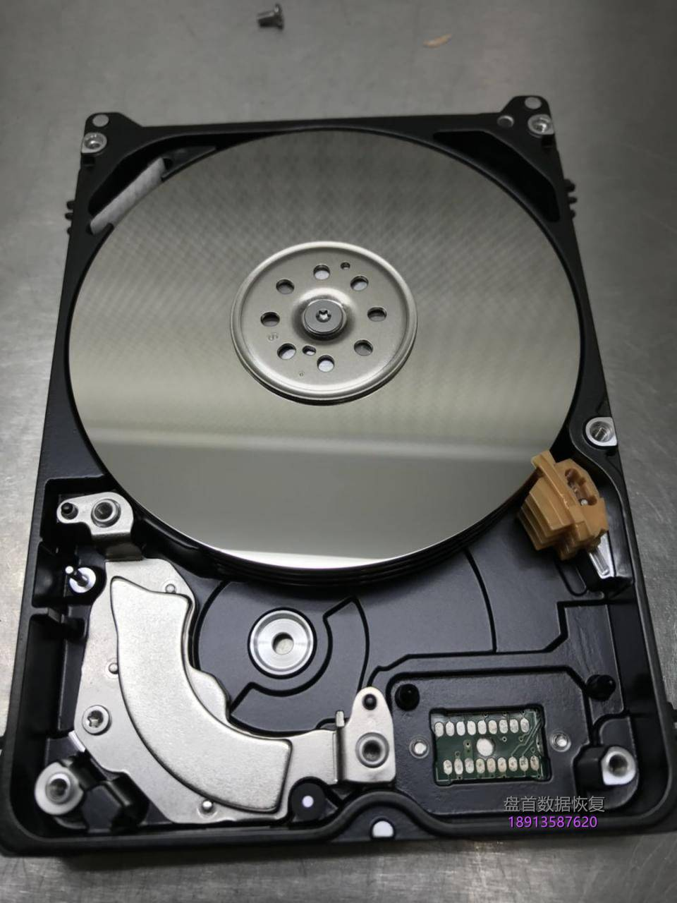 西数my-passport-2tb移动硬盘wd20nmvw-11av3s3原生usb接口磁头损坏变形划伤 西数My passport 2TB移动硬盘WD20NMVW-11AV3S3原生USB接口磁头损坏变形划伤盘片!总共报废损坏了5块同型号的配件硬盘才把数据恢复成功。