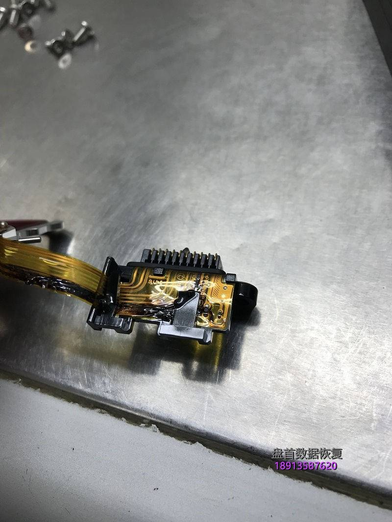 wd5000aakx电源插反导致硬盘烧坏电路板明显烧坏-拆开硬 WD5000AAKX电源插反导致硬盘烧坏,电路板明显烧坏 拆开硬盘盘体后发现硬盘里面的磁头也烧成焦炭了